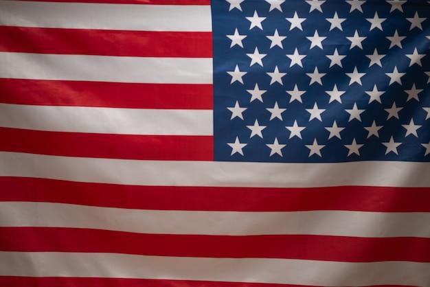 背景としてのアメリカの国旗。背景がぼやけている。