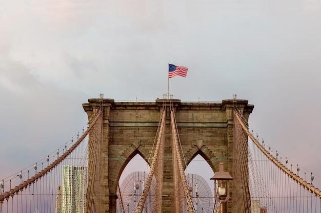 뉴욕에서 미국 국기 브루클린 다리
