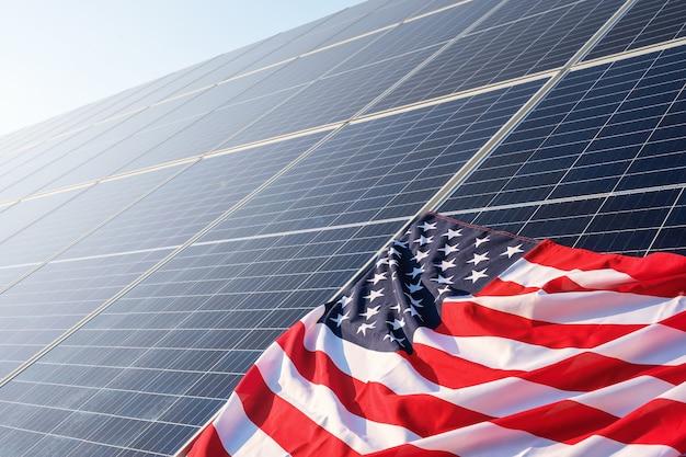 Американский флаг крупным планом на солнечных батареях на солнечной электростанции