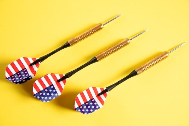 노란색 표면에 미국 국기 다트