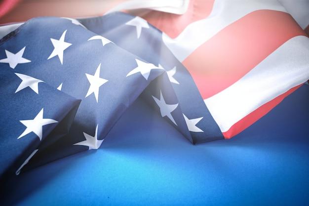 파란색 배경에 대낮에 미국 국기