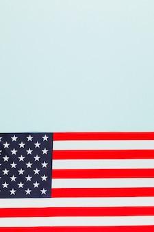 Bandiera americana sulla superficie blu chiaro