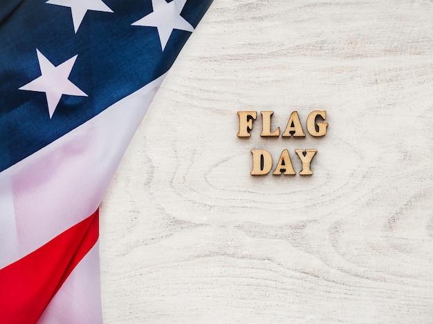 미국 국기는 빈 테이블에 누워입니다. 아름다운 카드. 근접 촬영, 평면도. 공휴일 개념. 사랑하는 사람, 친척, 친구 및 동료를 축하합니다