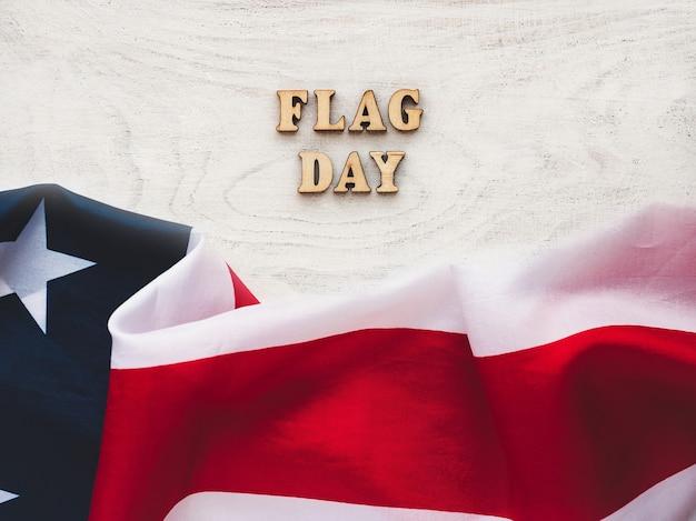 미국 국기는 빈 테이블에 누워입니다. 아름다운 카드. 근접 촬영, 평면도. 공휴일 개념. 사랑하는 사람, 친척, 친구 및 동료를 축하합니다 프리미엄 사진