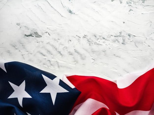 미국 국기는 빈 테이블에 누워입니다. 당신의 비문을위한 장소. 아름다운 카드. 근접 촬영, 위에서 볼 수 있습니다.