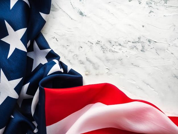 미국 국기는 빈 테이블에 누워입니다. 당신의 비문을위한 장소. 아름다운 카드.