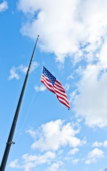 風の強い日の青い空にアメリカ国旗