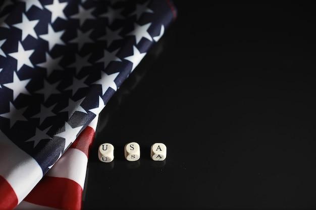 Американский флаг на зеркальном фоне. символ соединенных штатов америки. звездно-полосатый флаг на черном фоне.