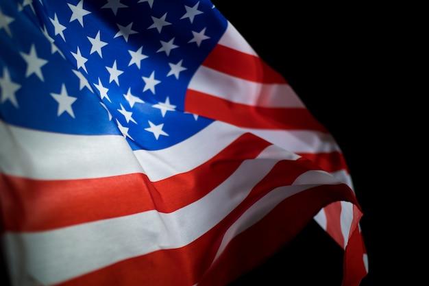 Американский флаг на черном фоне