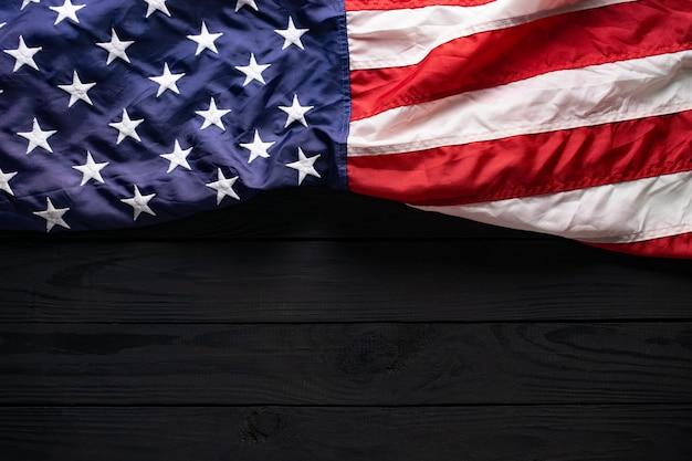 Американский флаг на черном деревянном с копией пространства