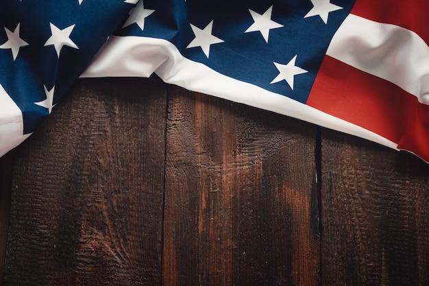 갈색 나무 소박한 배경에 미국 국기