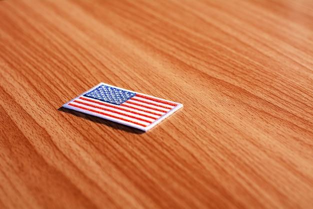Американский флаг на столе переговоров