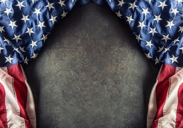Американский флаг на темном бетоне со свободным пространством. 4 июля ветеранов или день независимости сша.