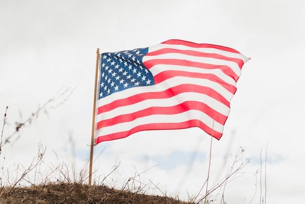 Американский флаг на холме