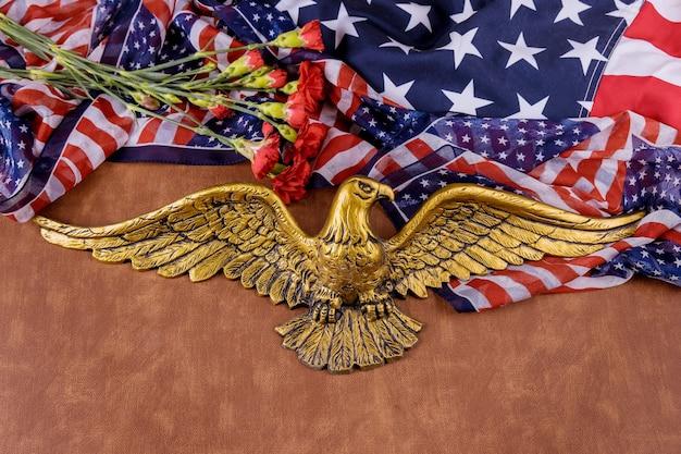 Американский флаг в день поминовения честь уважения патриотических военных нас в розовой гвоздике