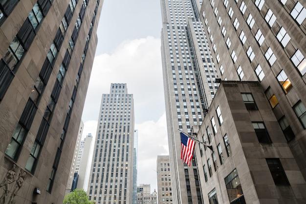 맨해튼의 거리에 미국 국기