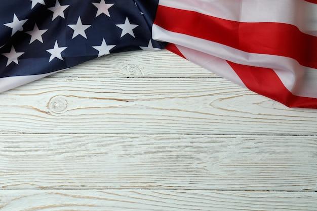 Американский флаг на белом деревянном