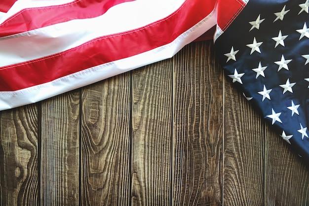 コピースペースと木製の背景にアメリカの国旗