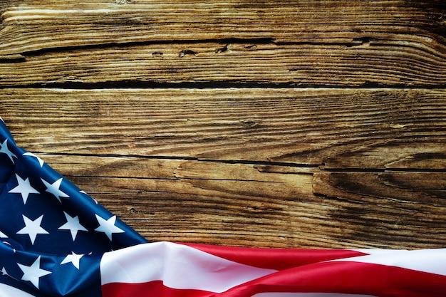 Американский флаг на деревянных фоне