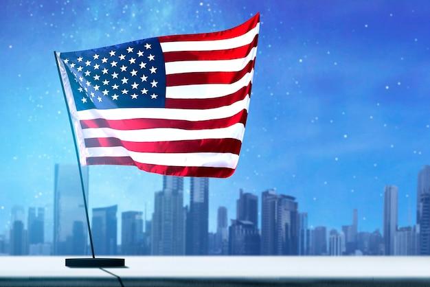 밤 장면 배경으로 공중에 미국 국기를 흔들며. 7월 4일 컨셉