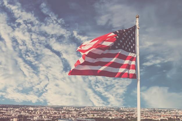 Развевается американский флаг