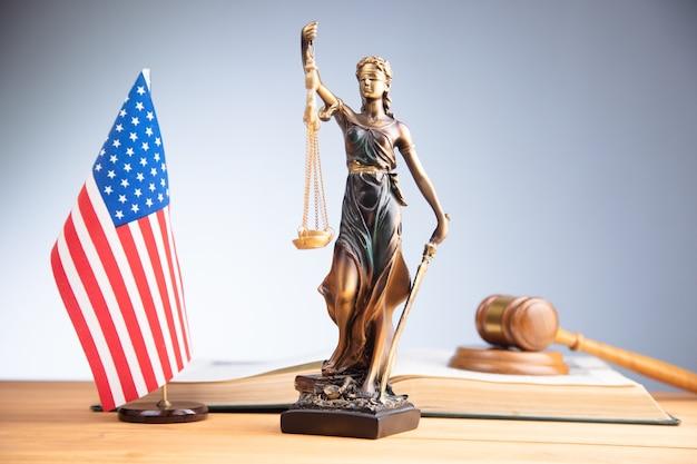法の本に裁判官のガベルとアメリカの国旗