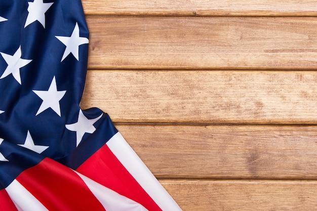 アメリカの国旗の木製の背景。アメリカ合衆国の国旗。