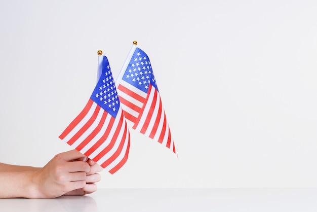 Американские флаги в руках. установка флага звезд и полос.