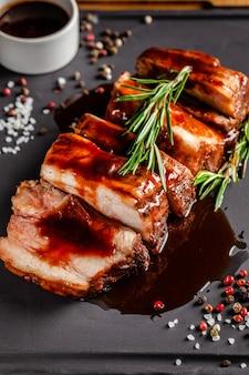미국 음식 개념. 구운 돼지 갈비, 구운 소스, 연기, 향신료, 로즈마리. 배경 이미지. 복사 공간