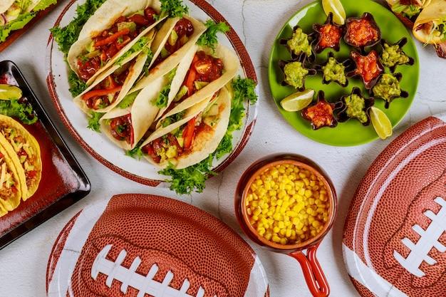 Концепция игры в американский футбол кейтеринг для фанатов футбольного матча. еда в мексиканском стиле.