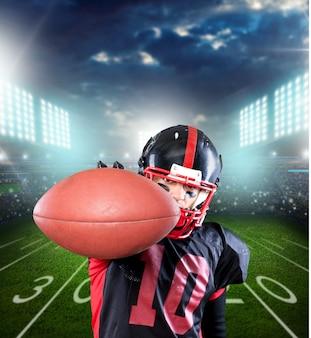 ピッチの背景に対するアメリカンフットボール選手