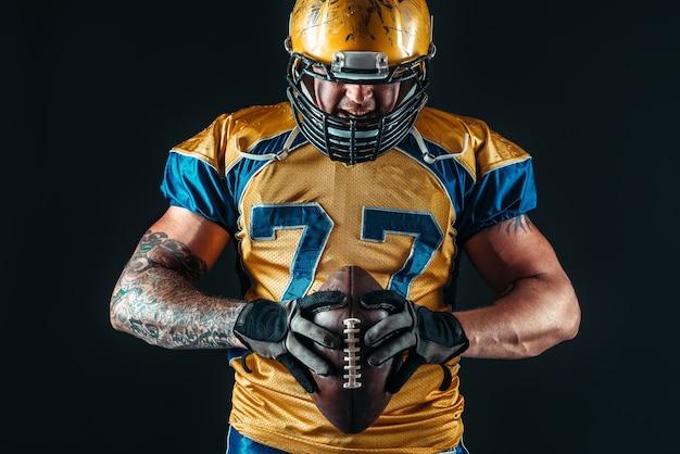 アメリカンフットボール選手は手でボールを保持します
