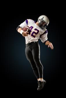 Игрок в американский футбол в действии прыжок в высоту игрока в американский футбол