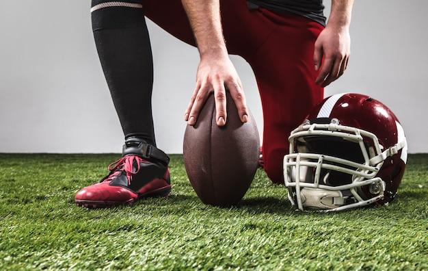 Il giocatore di football americano con la palla