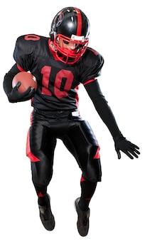白い背景で隔離のボールを持つアメリカンフットボール選手