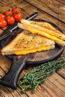 아메리칸 햄과 녹인 치즈 샌드위치