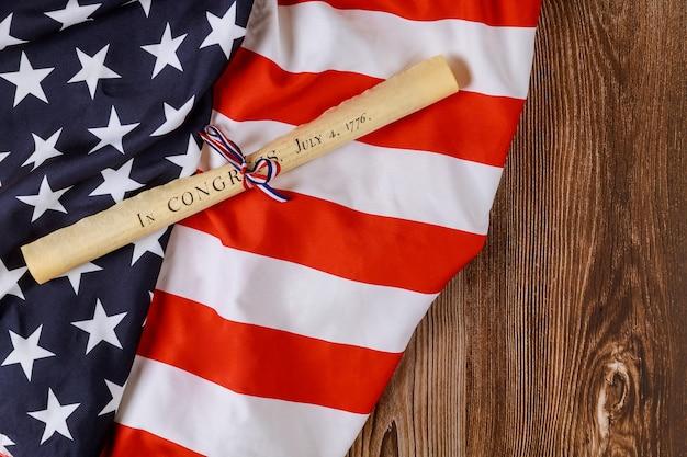 アメリカの休日。白地に米国旗が付いた独立宣言羊皮紙ロール文書。