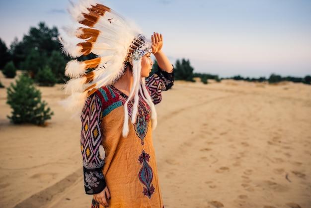 屋外でネイティブ衣装のアメリカインディアンの女の子