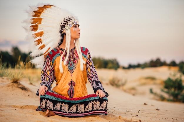 ヨガのポーズで座っているアメリカインディアンの女の子