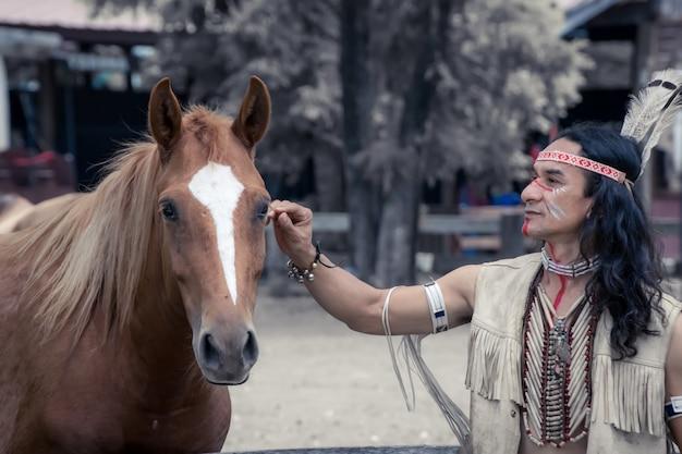 馬とアメリカインディアンの男