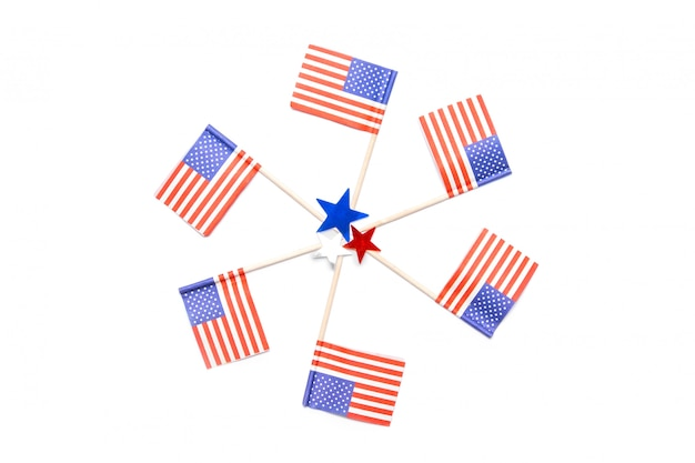 アメリカの小さな旗の円と星の白い背景の紙吹雪。 7月4日。アメリカの独立記念日