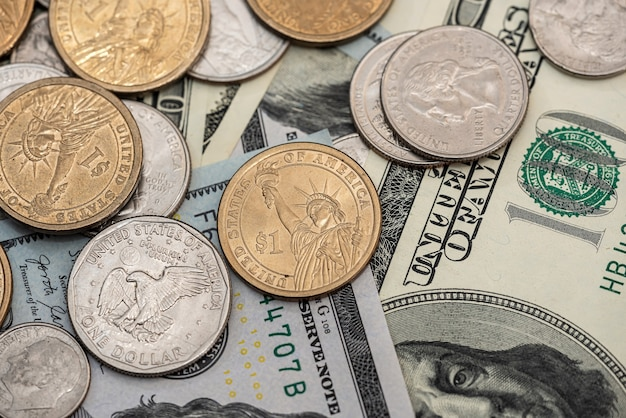 Американские деньги долларовые купюры и монеты как фон