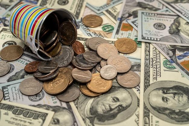 미국 돈 달러 지폐와 동전