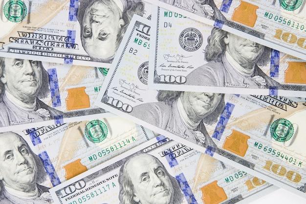 アメリカのお金。背景としての新しいデザインの米ドル。上面図。ドルの現金の山。紙のバックノートのコンセプト。