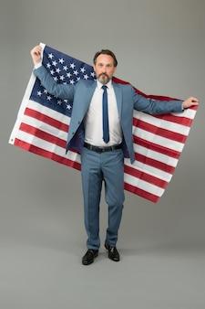 アメリカの政治事務所の所有者の成熟した男性の正式なスーツ、選挙前のキャンペーンの概念。