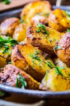 Жареный картофель по-американски с копченым беконом, чесноком, солью, перцем, тмином, укропом, петрушкой, украшением из трав