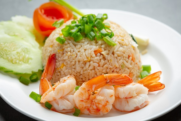 Жареный рис с американскими креветками подается с блюдами тайской кухни с рыбным соусом чили.