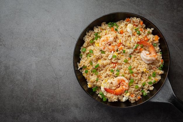 아메리칸 새우 볶음밥은 칠리 피쉬 소스 태국 음식과 함께 제공됩니다.