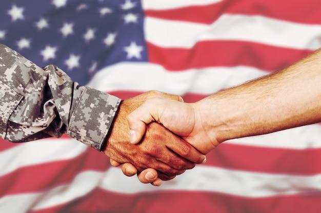 제복을 입은 미국 군인과 시민 남자 악수