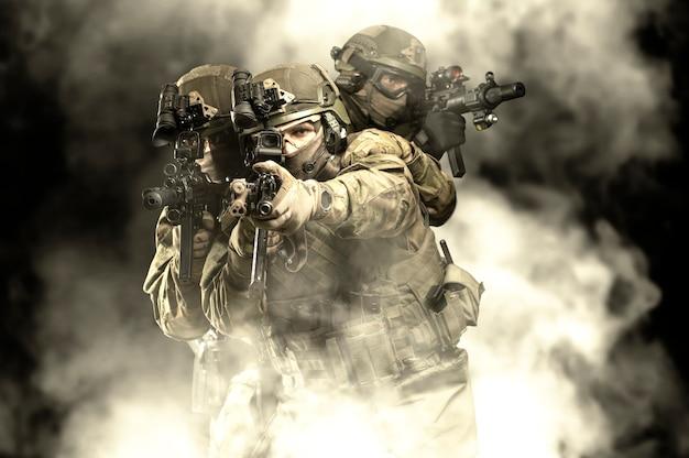 装備されたレーザー照準器の手に武器を持った戦闘弾薬を持ったアメリカ兵は戦闘序列にあります。ミクストメディア